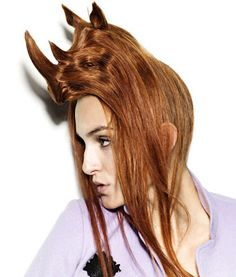 """Oggi ho un rinoceronte per capello!  Nagi Noda è un artista e hair stylist giapponese. E se vi chiedete """"hair stylist in che senso?"""" date un'occhiata alla sua ultima opera: 15 modelle con delle acconciature-sculture dedicate al mondo animale."""