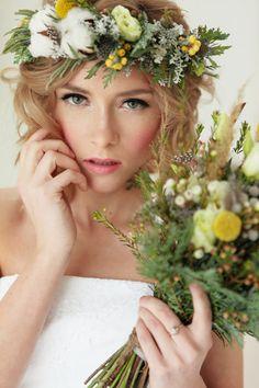 Невеста с венком из живых цветов и букетом | Света Март Bride with bright flowers wreath and matching bouquet by Sveta Mart