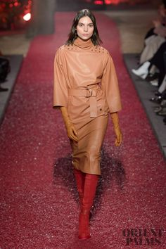 Hermes Fall-winter - Ready-to-Wear belted tan leather dress runway fashion Autumn Fashion 2018, Fashion Week, Runway Fashion, Fashion Show, Womens Fashion, Fashion Design, Leder Outfits, Leather Dresses, Winter Dresses