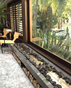Casa Cor  amando essa lareira. #inspiracaododia #arquitetura #decoracao #living #cinzas #contemporaneo #madeira #couro #tecido #arvores #combinacao #architecture #art #design #interiores #artist #gmendesarq #classic #moderno #tendencia #newyork #milano #milan #isaloni by gabrielamendesarquitetura