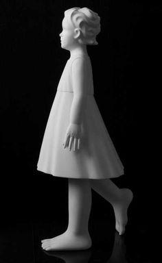 Fue elaborado por Andrea Bucci. La figura en realidad esta en tamaño de una niña de verdad, la niña se llama Sofia (la escultura en si se llama la Sofia andante) Me gusto por la incocencia que presenta en la esculturas siendo blanco y tan palido, tambien me guto por la posicion en la que esta y la forma en que representa movimiento en la situacion del pie.