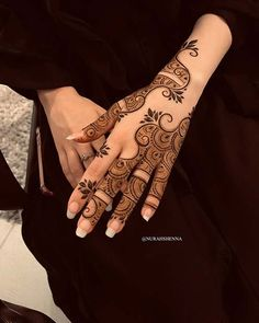 One of the most popular places to have henna is on the hands. So, today we are bringing you 21 amazing henna hand designs that are a work of art! Pretty Henna Designs, Modern Henna Designs, Floral Henna Designs, Back Hand Mehndi Designs, Latest Bridal Mehndi Designs, Mehndi Designs For Beginners, Mehndi Designs For Girls, Mehndi Design Photos, Mehndi Designs For Fingers
