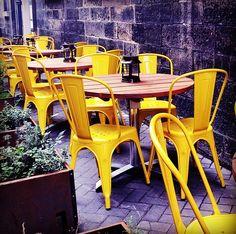 Installation d'un bar éphémère. #industriel #edimbourg #chaise #metal #jaune #lanterne #table #bar #terrasse #rue #industrial #edinburgh #chair #yellow #lantern #terrace #street