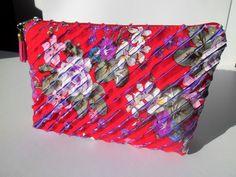 Bolsa em patchwork e chenille vermelha lilás feita a mão.Purse patchwork lilac and red chenille hand made by homework art on Etsy