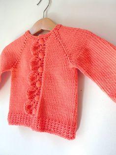 L'été dernier, je vous ai présenté le gilet tricoté à l'occasion du premier anniversaire de Lucy, la fille d'une tricopine ren...