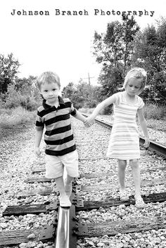 Cute of big sister, little brother walking on railroad tracks! Summer, black and white outdoor kids pose. Fall Kids Photography, Brother Sister Photography, Brother Sister Photos, Cousin Pictures, Cousin Photo, Summer Family Pictures, Little Girl Photography, Sister Poses, Sibling Photography
