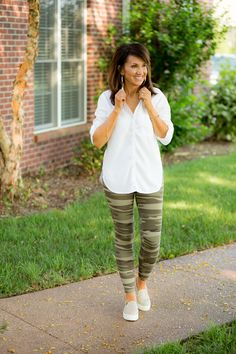 Travel day outfit from social threads cyndi spivey style Athleisure Outfits, Sporty Outfits, Athletic Outfits, Mode Outfits, Summer Outfits, School Outfits, Winter Outfits, Camo Fashion, Fashion Outfits