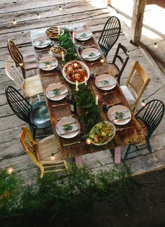 Reclaimed wood table, mismatched chairs, and lovely garland! decor party outdoor dining the peony and the bee Casa Mimosa, Casa Milano, Mismatched Dining Chairs, Farmhouse Chairs, Vintage Farmhouse, Outdoor Dining, Outdoor Decor, Party Outdoor, Outdoor Entertaining