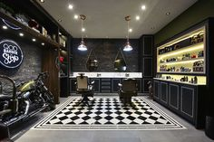 Barber shop desing black and white. Barber Shop Interior, Barber Shop Decor, Garage Interior, Salon Interior Design, Showroom Design, Salon Design, Design Design, Old School Barber Shop, Barbershop Design
