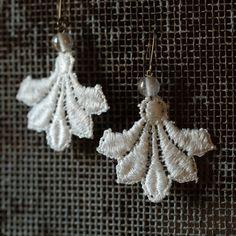 """Boucles d'oreilles """"rencontre entre dentelle et perle"""" de la boutique ArmelleCreation sur Etsy Crochet Earrings, Drop Earrings, Boutique, Jewelry, Ribbons, Accessories, Dating, Ears, Unique Jewelry"""