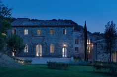 HOUSE IN MONTALCINO. Toscana /Italy / 2015 Principal Architect: Marco Pignattai Supplier: Davide Groppi Type: Single-family residence / Building Recovery and Renewal. Montalcino Italy, Small Basement Remodel, Stone Houses, Historic Homes, Country Life, Country Living, Country Style, Architecture, Facade