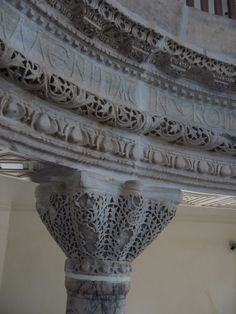Byzantine capital and frieze - at Kucuk Ayasofya (Church of SS. Sergius and Bacchus) Istanbul, TUR. Byzantine Architecture, Art And Architecture, Byzantine Art, Hagia Sophia, Early Christian, Romanesque, Egyptian Art, Roman Empire, Middle Ages