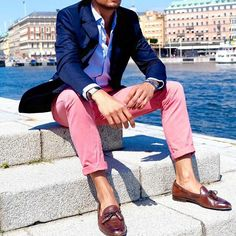 Casual chic Sunday outfit in beautiful Stockholm Suit Fashion, Look Fashion, Preppy Mens Fashion, Fashion Menswear, Stylish Men, Men Casual, Casual Chic, Street Style Inspiration, Pink Chinos