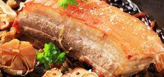 Schweinebauch am Stück wird am besten gegart. Im Backofen dauert das rund 2,5 Stunden. Mit den passenden Gewürzen lohnt sich die Zubereitung immer.