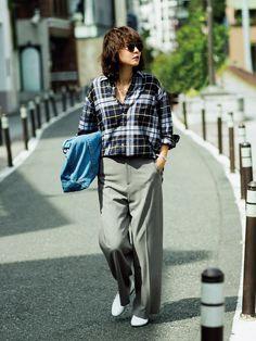メンズスーツに使うようなマニッシュ素材を使ったセンタープレス入りのきれいめパンツ。真っ白なレザースリッポンでメンズっぽさと同時に清潔感をアップ。さらにチェックシャツでボーイッシュさを盛り上げて。  パンツ¥22000/ピーチ(マルシャル・テル)  靴¥28000/ギャルリー・ヴィー 丸の内店(ギャルリー・ヴィー) シャツ¥18000/伊勢丹新宿店(レディ フォア ザ ウィークエンド)