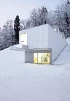 When I win the lottery, I want a house like this, in a ski area. Just sayin'. Atelier Albert Oehlen by Abalos+Sentkiewicz Arquitectos + Enguita & Lasso de la Vega, artist's atelier in Bühler, Switzerland. Houses Architecture, Architecture Magazines, Beautiful Architecture, Beautiful Buildings, Residential Architecture, Interior Architecture, Interior And Exterior, Beautiful Homes, Casas Containers