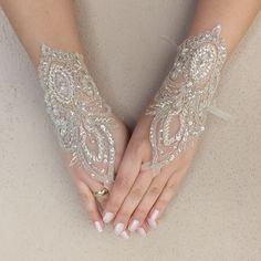 Luvas do casamento <br> <br>Elegant luz champagne rendas luvas de noiva <br> <br>Franc�s luvas de casamento de renda ... <br>Macia e delicada <br>Feito com amor <br>para tornar o seu dia especial um conto de fadas ... <br> <br> <br> <br>la�o franc�s utilizado � muito delicada e especial. �nico e especial. Apenas projetar um costume voc� pode ver minha loja. correia ligada. usar luvas especiais s�o bastante confort�veis. <br> <br> <br> <br>Pronto para enviar. <br> <br>Frete gr�tis de envio…