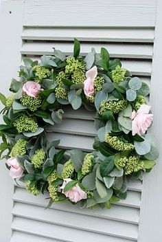 Vita Ranunkler: Blommor Eucalyptus seeded wreath with soft pink roses - charming!