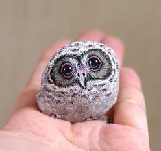 Des pierres en animaux très jolies : L'artiste japonaiseAkie Nakata(connu simplement sous le nom d'Akie) transforme des pierres et des roches glanées en adorables peintures d'animaux que vous pouvez tenir dans la paume de votre main.Inspirée par les formes naturelles de chaque pierre qu'elle rencontre