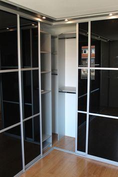 Klassieke deur of glaspaneel, rechte kast of hoekkast. Vraag naar de vele mogelijkheden van de Pinchetti & Van Caem kasten. #hoekkast Meer informatie: www.kastenstudio.eu