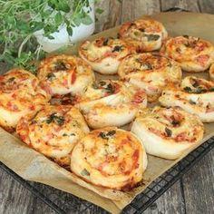Smarriga pizzabullar som är perfekta att ta med sig på utflykten eller frysa in till barnens mellis.