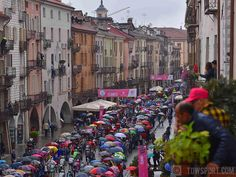 The day started with rather bad weather conditions,but every dark side has also a beauty side #Giro #stage21 #Cuneo #rain #umbrellas #public #fans #peloton #cycling @giroditalia #tourofitaly