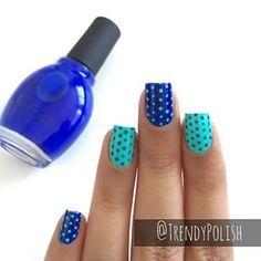 Manicura con puntos en dos tonos de azul