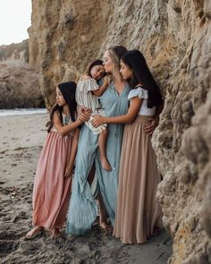 ✨Swooning over this whole shoot with the loveliest family, but this Mother and Daughter moment is absolutely everything. Daughters have to… Summer Family Pictures, Family Beach Pictures, Beach Photos, Family Pics, Family Pictures What To Wear, Videos Instagram, Photo Instagram, Family Photo Sessions, Family Posing