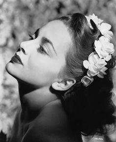 Hollywood actress Olivia De Havilland wearing a crown of flowers, Hollywood Glamour, Hollywood Icons, Golden Age Of Hollywood, Vintage Hollywood, Hollywood Actresses, Classic Hollywood, Hollywood Divas, Hollywood Party, Hollywood Fashion