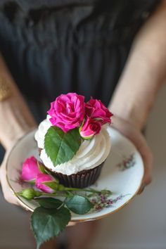 Cupcake: http://www.stylemepretty.com/living/2015/05/14/a-whimsical-and-intimate-garden-brunch/ | Photography: Scarlet O'Neill - http://scarletoneill.com/