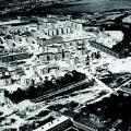 """Leteckú snímku z roku 1968 nám poslal Pavol Štofko. Zhotovil ju jeho kolega z Pozemných stavieb. Vidno na nej výstavbu sídliska Pošeň aj so zasypaným mŕtvym ramenom Dunaja, ktoré kedysi bolo známe ako """"smradľavka"""", keďže páchlo sírou. Bratislava, City Photo"""
