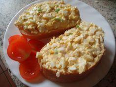 Vejce oloupeme a nasekáme, nakrájíme cibuli a smícháme s vejci, přidáme majonézu a promícháme, přidáme pepř a sůl a znovu promícháme.