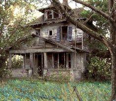 Urban Exploration of Urban Decay Abandoned Buildings Urbex Photography Abandoned Buildings, Abandoned Property, Old Abandoned Houses, Abandoned Mansions, Old Buildings, Abandoned Places, Beautiful Homes, Beautiful Places, Creepy Houses