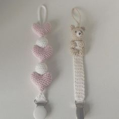 Et par suttekæder til en lille pige❤ #hækle #hæklet #hækling #crochet #crocheting #crochetaddict #virkning #babygirl #babyshower #babystuff #tingtilbaby #suttesnor #suttekæde #paciferholder #hæklettilbaby #hækletsuttesnor