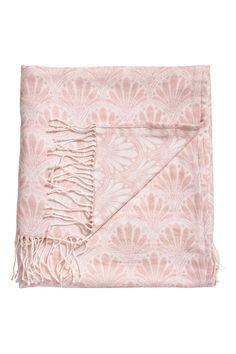 Powder pink. Throw in soft, jacquard-weave fabric. Fringe at short sides.