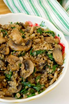 Low Carb Mushroom & Spinach Cauliflower Rice - Stylish Cravings Low Carb Side Dishes, Side Dish Recipes, Vegetable Recipes, Low Carb Recipes, Whole Food Recipes, Vegetarian Recipes, Cooking Recipes, Healthy Recipes, Vegetarian Cookbook