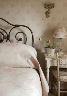 I'm lovin' the headboard, and the flowers are adding such a sweetness.