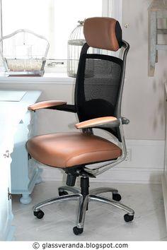"""Endelig har jeg fåtten ny, og skikkelig god, kontorstolved det """"nye"""" skrivebordet istuen! Å finne en god stol med et nytt design som sa..."""