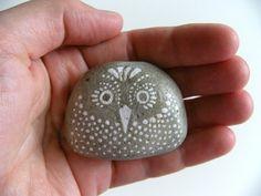 large owl hand painted stone di artinredwagons su Etsy