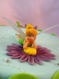 Fondant Tinkerbell figurine Fondant Cake Tutorial, Fondant Icing, Fondant Toppers, Fondant Figures, Polymer Clay Disney, Making Fondant, Tinkerbell Party, Fairy Cakes, Fondant Decorations