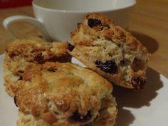 Ingrédients (pour une dizaine de scones) – 250 g de farine – 1 cuillère à soupe de sucre – 1 cuillère à soupe de levure chimique – 1/2 cuillère à café de sel – 55 g de beurre – 150 ml de lait – 80 g de cranberries – 1 œuf (pour dorer) Recette: [Version …