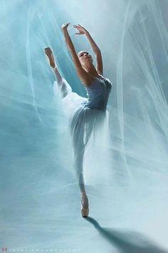 G G reat art. Ballet Poses, Ballet Art, Ballet Dancers, Ballerina Kunst, Ballerina Painting, Dance Photos, Dance Pictures, Ballet Drawings, Dancer Photography