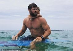 """While the rest of Hollywood might still be recovering from the Oscars, Chris """"Thor"""" Hemsworth is on holidays, busy being a good daddy. Chris Hemsworth Thor, Chris Hemsworth Torse Nu, Chris Hemsworth Sem Camisa, Chris Hemsworth Workout, Chris Martin, Jennifer Connelly, Elsa Pataky, Phil Coulson, Hulk Marvel"""