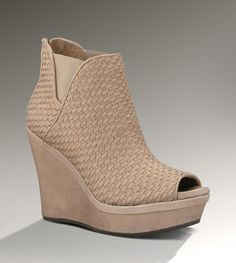 Love these ugg shoes - can't believe they're in the sale http://www.salesgossip.co.uk/shop/468/Ugg?sf=5045
