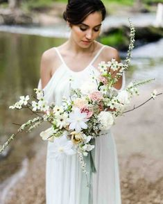 Consider this your personal guide to every wedding bouquet shape. Choose the wedding bouquet shape that works best for your wedding day look. Cascading Wedding Bouquets, Rose Wedding Bouquet, Bride Bouquets, Bridal Flowers, Floral Wedding, Wedding Colors, Gypsophila Wedding, 2018 Wedding Trends, Wedding App