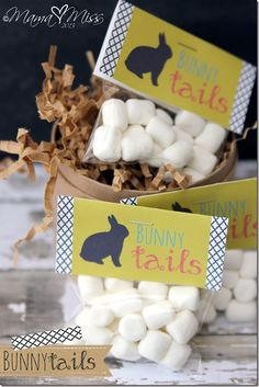 "A {free printable} designed to create your own ""bunny tails"" treat bag for your little ones Easter basket. Easter Party, Easter Gift, Bunny Party, Holiday Treats, Holiday Fun, Marshmallows, Diy Spring, Bunny Tail, Bunny Rabbit"