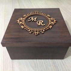 Caixa Mdf Rústica Tampa com Brasão com inicial casal **** Qualquer dúvida contatar vendedor **** Cnc Projects, Wooden Projects, Wood Crafts, Wooden Gift Boxes, Wood Boxes, Ramadan Crafts, Copper Decor, Wedding Gift Boxes, Craft Box