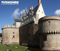 #ChateaudesDucs #France #IdadeMédia  O castelo dos Duques da Bretanha foi a residência oficial dos líderes Bretões entre o século XIII e XVI. Mais tarde foi habitada por vários príncipes e reis. Ele está agora aberto ao público abriga um museu de artes decorativas . Marque aqui seu amigo que ama viajar!