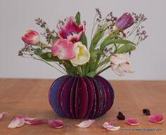 Blumenvase aus Karton und Milchverpackung