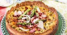 Recept: Knaprig sparrispaj med bacon och parmesan